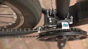 Servicio de mantenimiento de la bicicleta Junta de una nueva bici almacen de metraje de vídeo