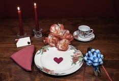 Servicio de mesa fino de China del estampado de flores con la placa que hace juego, la taza y el platillo ramo de rpses anaranjad imagen de archivo libre de regalías