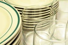 Servicio de mesa y vidrios ocasionales Fotografía de archivo libre de regalías