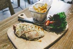Servicio de Parma del pollo con las patatas fritas Foto de archivo