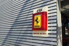 Servicio de reparación del coche de Ferrari imagen de archivo libre de regalías