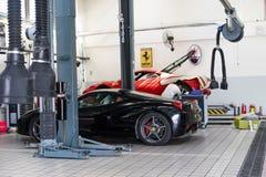 Servicio de reparación del coche de Ferrari foto de archivo
