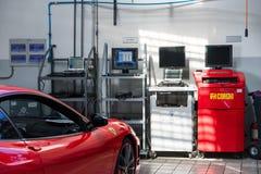 Servicio de reparación del coche de Ferrari fotos de archivo libres de regalías