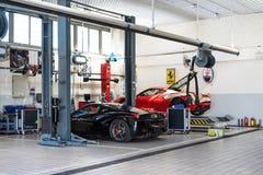 Servicio de reparación del coche de Ferrari imagenes de archivo