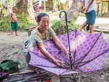Servicio de reparación del paraguas en Myanmar Fotografía de archivo libre de regalías