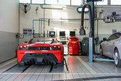 Servicio de reparación del coche de Ferrari Fotos de archivo