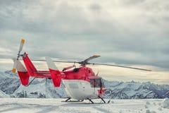Servicio de rescate de la montaña del helicóptero en el invierno Foto de archivo
