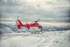 Servicio de rescate de la montaña del helicóptero en el invierno Fotografía de archivo