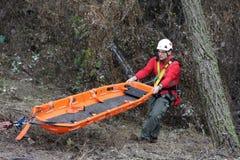 Servicio de rescate de la montaña de los paramédicos foto de archivo libre de regalías