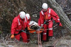 Servicio de rescate de la montaña de los paramédicos fotografía de archivo