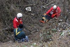 Servicio de rescate de la montaña de los paramédicos fotos de archivo libres de regalías