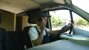 Servicio de salida El mensajero conduce el coche almacen de video