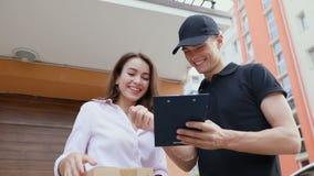 Servicio de salida Mujer de Delivering Box To del mensajero metrajes