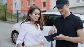 Servicio de salida Mujer de Delivering Box To del mensajero almacen de metraje de vídeo