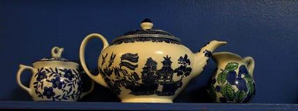 Servicio de té blanco de Blueand en un estante azul Imagen de archivo libre de regalías