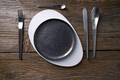 Servicio de tabla moderno de la placa de la cocina con los cubiertos Imagen de archivo