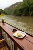 Servicio de Thaifood en la orilla Fotos de archivo