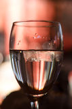 Servicio de un vidrio de agua en un restaurante Foto de archivo