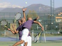 Servicio de una pelota de tenis Foto de archivo libre de regalías
