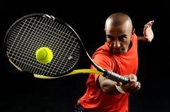 Servicio de una pelota de tenis Foto de archivo