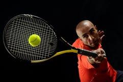 Servicio de una pelota de tenis Imágenes de archivo libres de regalías