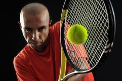 Servicio de una pelota de tenis Fotos de archivo libres de regalías