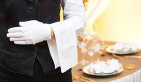 Servicio del abastecimiento camarera de servicio en restaurante Foto de archivo