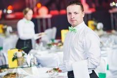 Servicio del abastecimiento camarero de servicio en restaurante Imagen de archivo libre de regalías