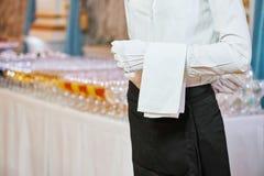 Servicio del abastecimiento camarero de servicio en restaurante Fotografía de archivo