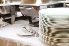 Servicio del abastecimiento de la comida Tabla de comida fría con las cacerolas Foto de archivo libre de regalías