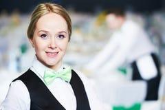 Servicio del abastecimiento retrato de la camarera en restaurante Fotos de archivo libres de regalías