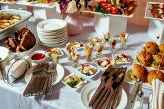 Servicio del abastecimiento Tabla del restaurante con food-3 Imagen de archivo