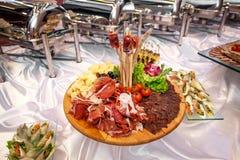 Servicio del abastecimiento Tabla del restaurante con la comida en el evento Fotografía de archivo