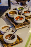 Servicio del abastecimiento Tabla del restaurante con la comida Enorme cantidad de comida en la tabla Placas de la comida Tiempo  Imagen de archivo libre de regalías