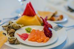 Servicio del abastecimiento Tabla del restaurante con la comida Enorme cantidad de comida en la tabla Placas de la comida Tiempo  Foto de archivo libre de regalías