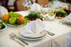 Servicio del abastecimiento Tabla del restaurante con la comida Enorme cantidad en de placas Tiempo de cena Fotos de archivo libres de regalías