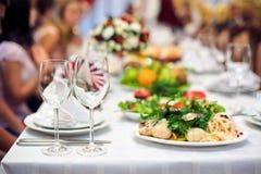 Servicio del abastecimiento Tabla del restaurante con la comida Enorme cantidad en de placas Tiempo de cena Fotos de archivo