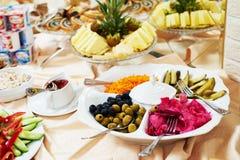Servicio del abastecimiento tabla determinada de la comida para el desayuno Imágenes de archivo libres de regalías