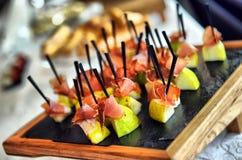 Servicio del abastecimiento Tabla del restaurante con la comida en el evento Imágenes de archivo libres de regalías