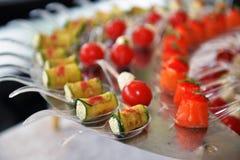 Servicio del abastecimiento Tabla del restaurante con la comida en el evento Fotografía de archivo libre de regalías