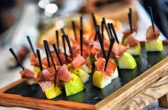 Servicio del abastecimiento Tabla del restaurante con la comida en el evento Fotos de archivo libres de regalías