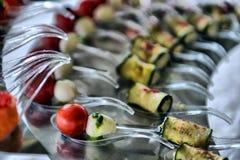 Servicio del abastecimiento Tabla del restaurante con la comida en el evento Imagen de archivo libre de regalías