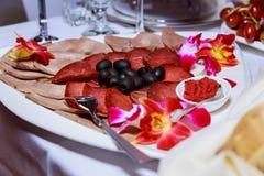 Servicio del abastecimiento Tabla del restaurante con la comida Enorme cantidad de comida en la tabla Fotos de archivo