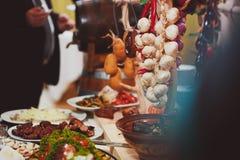 Servicio del abastecimiento Tabla del restaurante con la comida Enorme cantidad de comida en la tabla Placas de la comida Tiempo  Imagen de archivo
