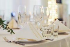 Servicio del abastecimiento Tabla del restaurante con la comida Enorme cantidad de foo Imagen de archivo libre de regalías