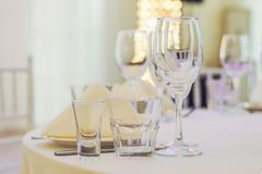 Servicio del abastecimiento Tabla del restaurante con la comida Enorme cantidad de foo Foto de archivo