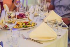 Servicio del abastecimiento Tabla del restaurante con la comida Enorme cantidad de foo Fotos de archivo