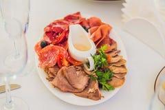 Servicio del abastecimiento Tabla del restaurante con la comida Enorme cantidad de foo Imagen de archivo