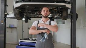 Servicio del automóvil, amo del retrato en la reparación del fondo en hidráulico metrajes