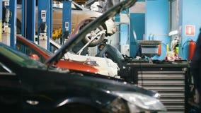 Servicio del automóvil del garaje - mecánico que elabora la rueda, cierre almacen de video